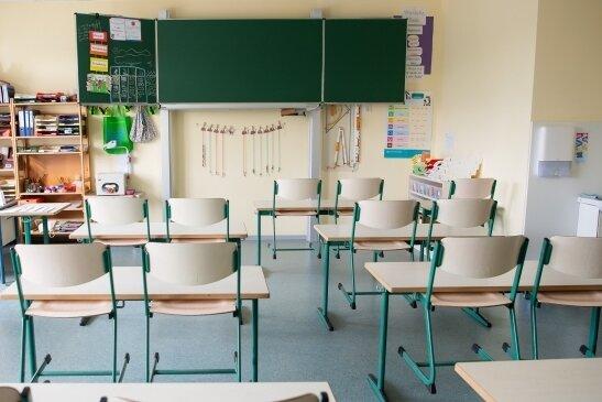 Stühle hochgestellt, niemand da: In den allermeisten sächsischen Klassenräumen sieht es derzeit so aus. Nur in wenigen Zimmern ist derzeit Betrieb - nämlich dort, wo Notbetreuung für Grundschulkinder angeboten wird, deren Eltern in systemrelevanten Berufen arbeiten.