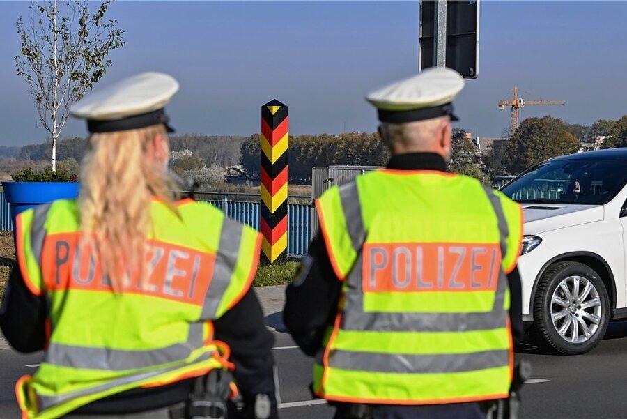 Beamte der Bundespolizei überwachen den Einreiseverkehr am deutsch-polnischen Grenzübergang Stadtbrücke in Frankfurt (Oder). Es kommen wieder mehr Flüchtlinge an.