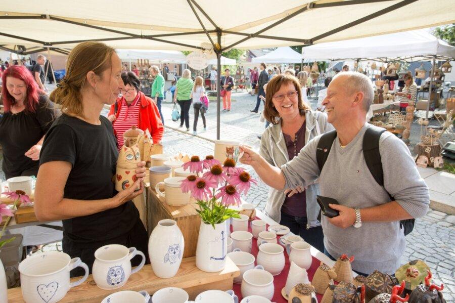 Jaroslavá Lutovská (li.) aus der Tschechischen Republik ist das erste Mal auf dem Töpfermarkt vertreten gewesen. Die Stadt hatte sie tief beeindruckt. Zu ihren Kunden gehörten Katrin und Jörg Grimm aus Chemnitz.