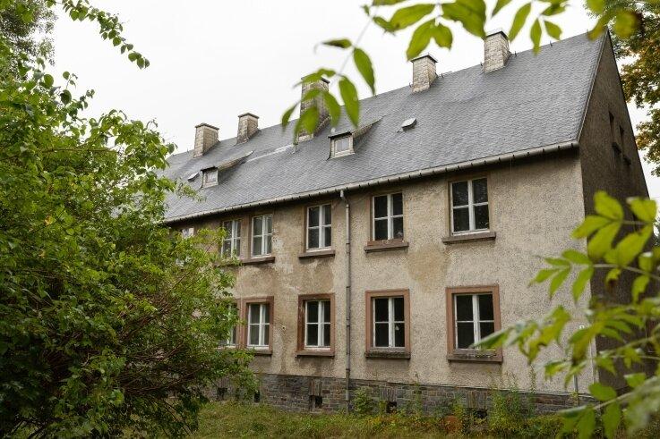 Das Haus Nummer 5 an der Crottendorfer Straße in Scheibenberg braucht ein neues Dach. Da aber noch nicht feststeht, wann und wie es einmal komplett saniert wird, steht eine vorläufige Noteindeckung im Raum.