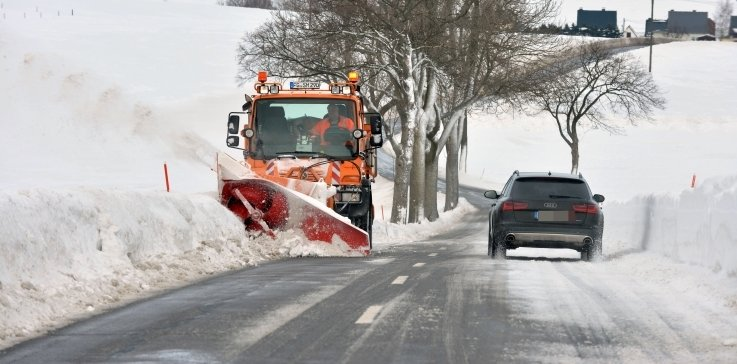 Ein Winterdienstfahrzeug im Einsatz zwischen Obersaida und Pfaffroda. In Großhartmannsdorf war bislang die Firma LDH beauftragt.