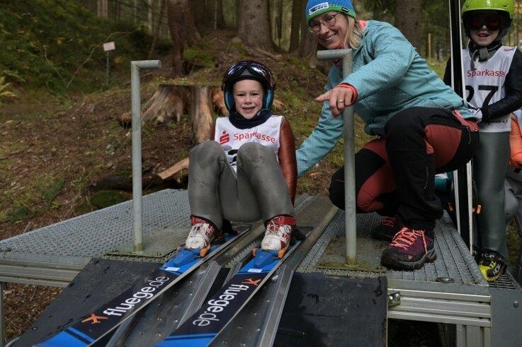 Jason Burke bekam beim Miniskifliegen in Johanngeorgenstadt mentale und praktische Unterstützung von Mutti Josephine Burke.