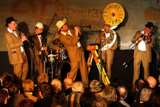 """<p class=""""artikelinhalt"""">Die Band Sunshine Brass heizte den Zuhörern in der Kaverne des Pumpspeicherwerks bereits am Freitagabend mit Jazz und Dixie ordentlich ein. Am Samstag begrüßten sie die Gäste musikalisch am Eingang. Die Konzerte bildeten den Auftakt der Veranstaltungsreihe Artmontan. </p>"""