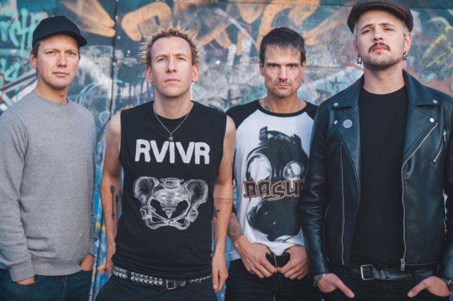 """Die Berliner Punkband ZSK, (von links) Bassist Eike, Sänger Joshi, Drummer Matthias und Gitarrist Ace, gastieren am Freitag im """"Café Taktlos"""". Die Einnahmen, ein mittlerer vierstelliger Betrag, gehen an den Club."""