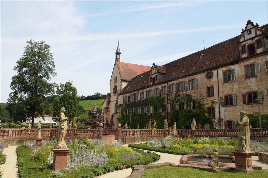 Kloster Bronnbach liegt versteckt in einem Talkessel und weist viele bemerkenswerte Statuen auf.