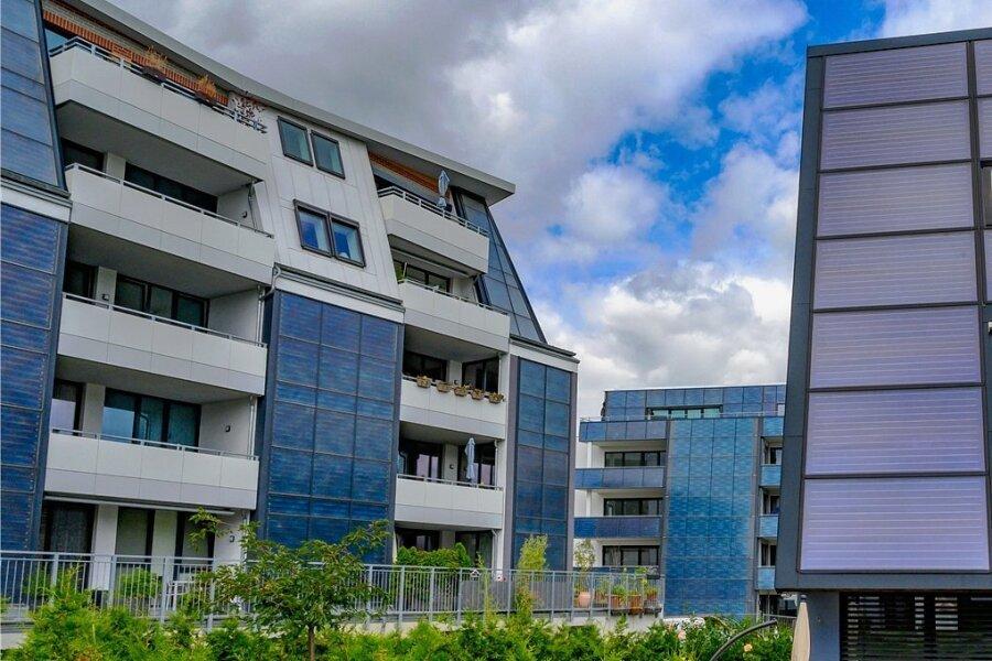 Solarkollektoren auf Häusern der Fasa AG: Im Hintergrund das fast fertiggestellte Bauprojekt Solardomizil III.
