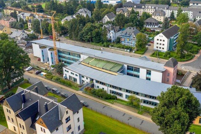 Derzeit wird am Olbernhauer Gymnasium das Glasdach des Verbindungsbaus erneuert. Es ist eines der größten Projekte in Regie des Erzgebirgskreises in kreiseigenen Schulen.