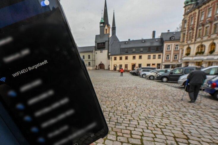 Auf dem Markt in Burgstädt ist einer von sieben W-Lan-Hotspots, die in der Innenstadt installiert wurden. Der Zugang ins Internet ist kostenfrei.