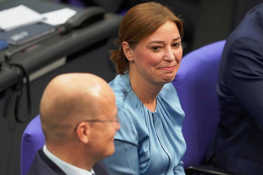 Vizepräsidentin aus Sachsen: Yvonne Magwas (CDU) nach ihrer Wahl in der konstituierenden Sitzung des 20. Deutschen Bundestages.