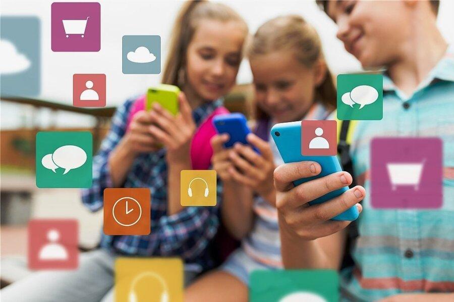 Was wären Kinder ohne ihre Smartphones? Im Unterricht sind sie meist nicht erwünscht, es sei denn, sie sollen für Recherchen genutzt werden. Piept das Telefon unerlaubt im Unterricht, darf das bestraft werden. Nur wie?, ist die Frage. Foto: 123RF