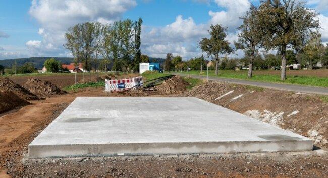 Zwischen Bernsdorf und Beedeln errichtet der zuständige Wasserzweckverband eine Druckerhöhungsanlage, die für stabile Druckverhältnisse im Netz sorgen soll. Die Löschwassersituation in Beedeln indes soll sich durch eine Zisterne verbessern, die die Gemeinde für 2023 im Ort plant.