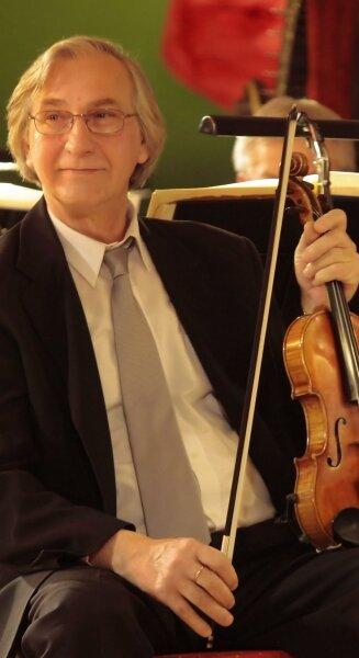 """<p class=""""artikelinhalt"""">Der 1. Konzertmeister der Erzgebirgischen Philharmonie Aue, Peter Bechler, in einer Spielpause beim 18. Theaterball im Ahorn-Hotel """"Am Fichtelberg"""" in Oberwiesenthal. </p>"""