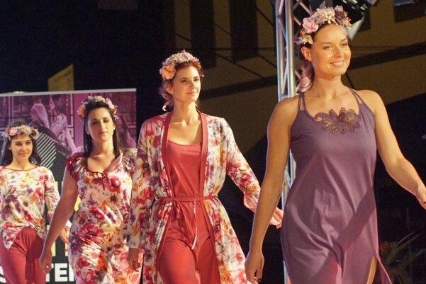 Sara Linke, die in diesem Jahr mit in der Jury sitzt, hatte zur Fashion Night im vergangenen Jahr Nachtwäsche der Marke Graziella ihrer Kollektion präsentiert und zeigt auch diesmal ihre Mode.
