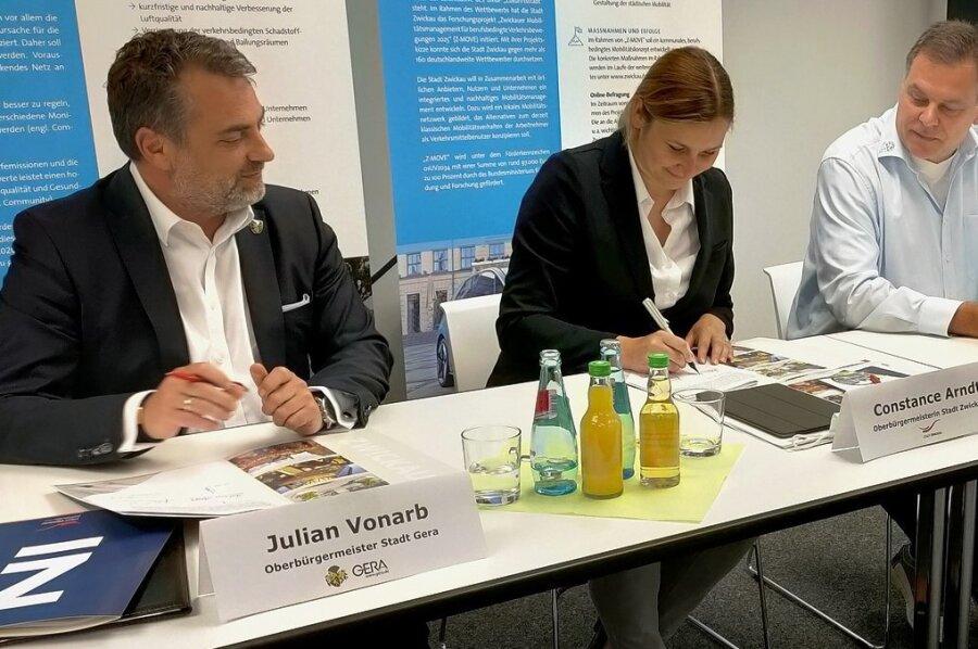 Die Oberbürgermeister Constance Arndt und Julian Vonarb unterzeichnen eine Vereinbarung, die auch Tobias Teich von der Zwickauer Hochschule und ein Vertreter der Hochschule Gera-Eisenach signieren.