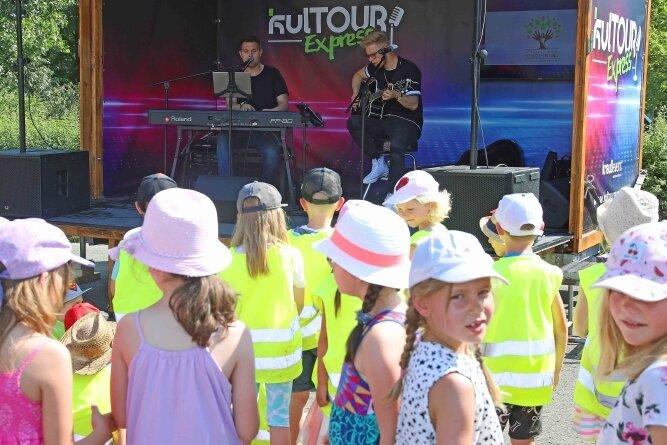 """Der """"Kultourexpress"""" war mit dem Zwickauer Duo Rock Ambulance nach Fraureuth gekommen."""